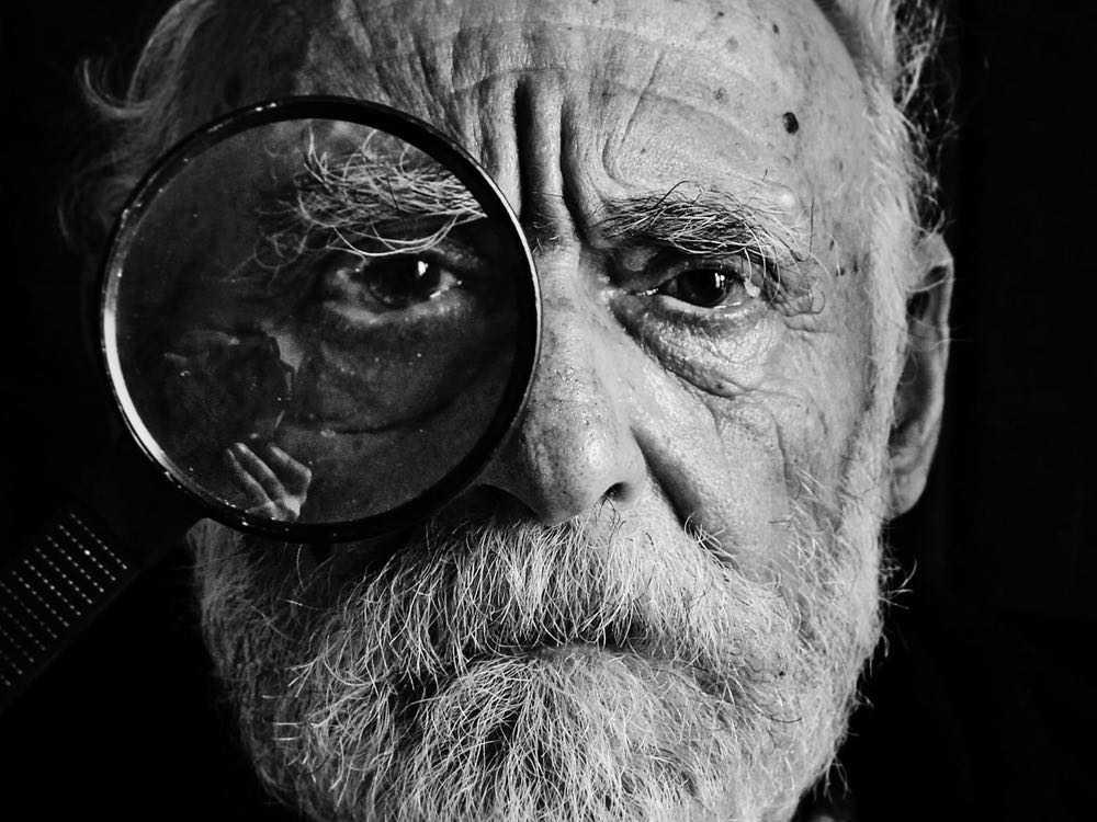 portrait d'un vieillard avec loupe sur son oeil droit