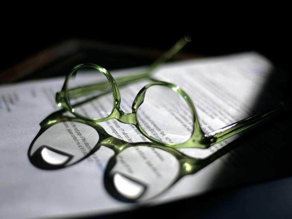 paire de lunette sur dossier